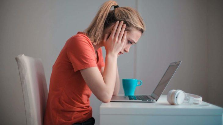 パソコンの前で落ち込む女性