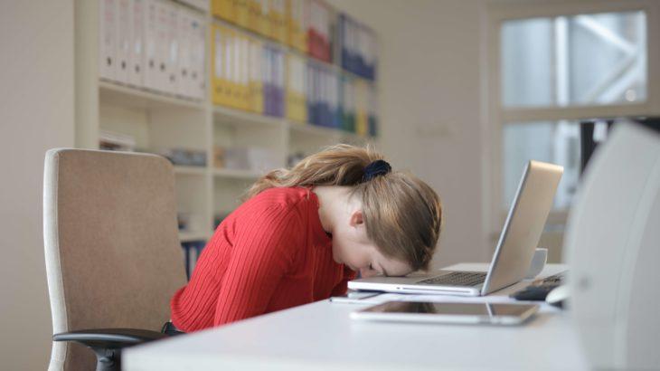 落ち込んでいる女性・パソコン