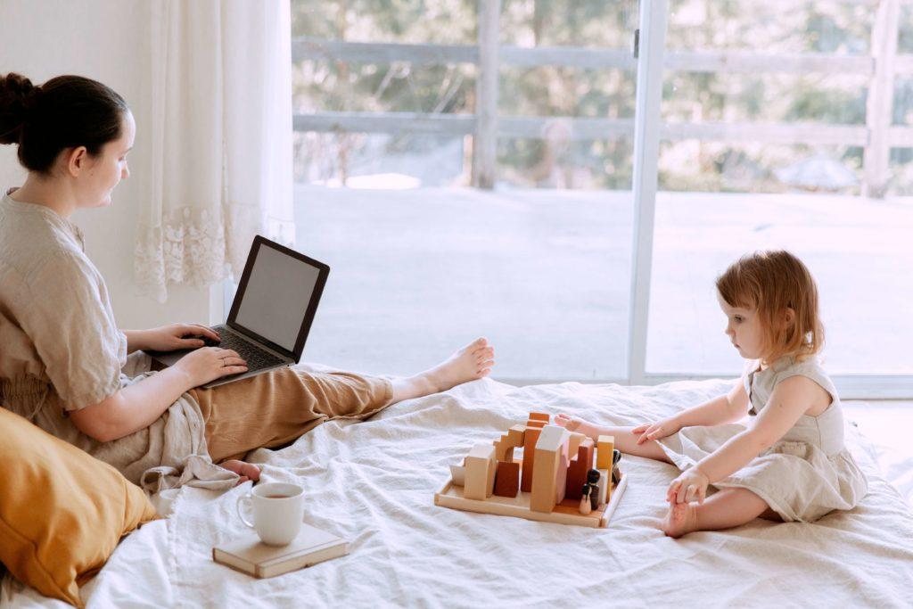 子供とパソコンをしている女性
