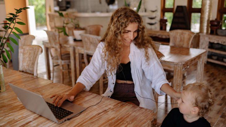 主婦が在宅ワークで月5万稼げる仕事5選【作業量の目安や注意点も解説】