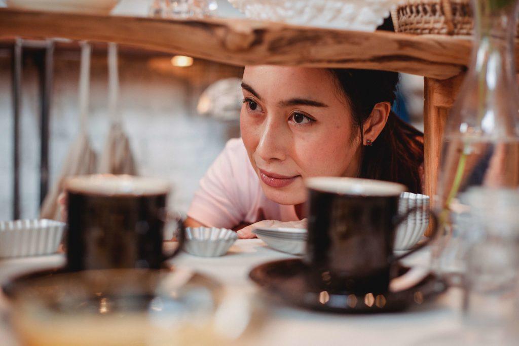 コーヒーカップを見ている女性