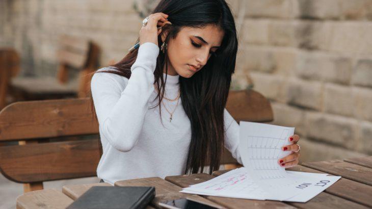 書類を記入している女性